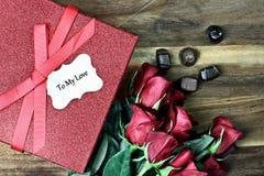 Caja de regalo con las rosas y el chocolate Imágenes de archivo libres de regalías