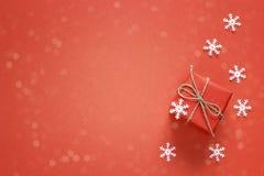 Caja de regalo con los copos de nieve decorativos y espacio para el texto en un rojo Foto de archivo