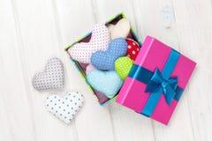 Caja de regalo con los corazones del juguete del día de tarjetas del día de San Valentín Imagenes de archivo