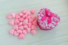 Caja de regalo con los corazones en un fondo de madera blanco La D de la tarjeta del día de San Valentín Fotos de archivo