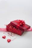 Caja de regalo con los corazones y la cinta del caramelo Imagenes de archivo