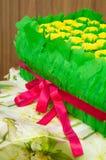 Caja de regalo con los dientes de león y las hojas amarillos imágenes de archivo libres de regalías