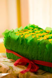 Caja de regalo con los dientes de león y las hojas amarillos fotos de archivo libres de regalías