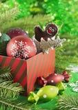Caja de regalo con los juguetes y las chucherías en fondo verde Imagen de archivo