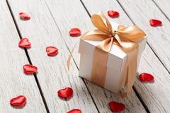 Caja de regalo con los pequeños corazones Fotografía de archivo libre de regalías