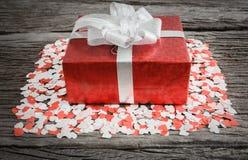 Caja de regalo con los pequeños corazones Fotografía de archivo