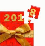 Caja de regalo con rompecabezas del arco del oro en el fondo blanco Fotos de archivo