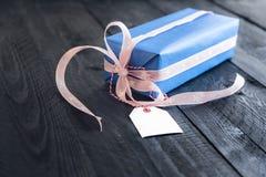 Caja de regalo con una etiqueta en blanco Foto de archivo libre de regalías