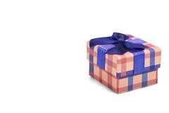 Caja de regalo a cuadros con el modelo del tartán aislado en Backgr blanco Foto de archivo libre de regalías