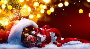 Caja de regalo de Art Christmas y luces de los días de fiesta en fondo rojo fotos de archivo libres de regalías