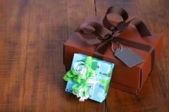 Caja de regalo de Brown con la cinta marrón Fotos de archivo libres de regalías