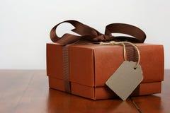 Caja de regalo de Brown con la cinta marrón Imagen de archivo