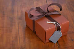 Caja de regalo de Brown con la cinta marrón Fotografía de archivo