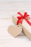 Caja de regalo de Brown con la cinta roja Fotografía de archivo libre de regalías