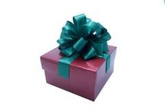 Caja de regalo de Brown con una cinta verde y un arco Fotos de archivo