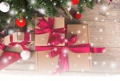 Caja de regalo de Brown y árbol de los chirstmas Fotografía de archivo