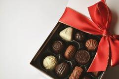 Caja de regalo de chocolates con la cinta roja Foto de archivo libre de regalías