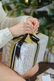 Caja de regalo de la abertura de la mujer con thee de la Navidad Imagen de archivo