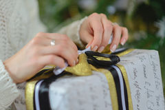 Caja de regalo de la abertura de la mujer con thee de la Navidad Fotos de archivo libres de regalías