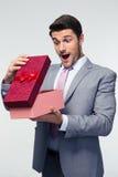 Caja de regalo de la abertura del hombre de negocios Imagen de archivo libre de regalías