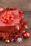 Caja de regalo de la Feliz Año Nuevo con las decoraciones y bola del color en la madera Imagenes de archivo