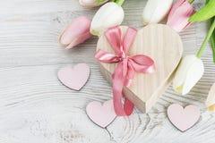 Caja de regalo de la forma del corazón, tulipanes frescos Imagenes de archivo