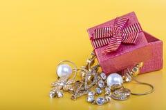 Caja de regalo de la joyería del oro Foto de archivo