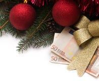 Caja de regalo de la Navidad con el dinero euro en el fondo blanco Imágenes de archivo libres de regalías