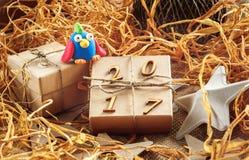 Caja de regalo de la Navidad con el gallo del juguete - Año Nuevo 2017 Imágenes de archivo libres de regalías