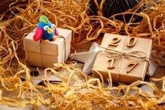 Caja de regalo de la Navidad con el gallo del juguete - Año Nuevo 2017 Fotos de archivo libres de regalías