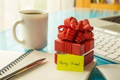 Caja de regalo de la Navidad con el mensaje del saludo para las vacaciones Fotos de archivo