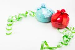 Caja de regalo de la Navidad con la cinta verde en el fondo blanco Foto de archivo libre de regalías