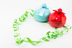 Caja de regalo de la Navidad con la cinta verde en el fondo blanco Fotografía de archivo