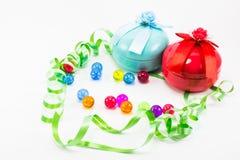 Caja de regalo de la Navidad con la cinta verde en el fondo blanco Foto de archivo