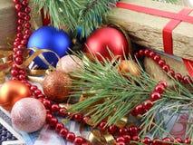 Caja de regalo de la Navidad con las bolas del Año Nuevo, los diamantes y la rama de árbol Fotografía de archivo libre de regalías