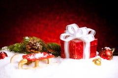 Caja de regalo de la Navidad con las bolas, las estrellas y la decoración en nieve Imágenes de archivo libres de regalías