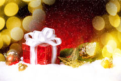 Caja de regalo de la Navidad con las bolas, las estrellas y la decoración en nieve Foto de archivo libre de regalías