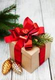 Caja de regalo de la Navidad con las decoraciones Imagen de archivo libre de regalías