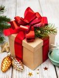 Caja de regalo de la Navidad con las decoraciones Imagen de archivo