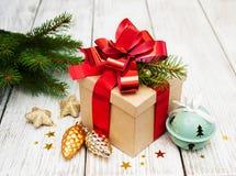 Caja de regalo de la Navidad con las decoraciones Fotografía de archivo