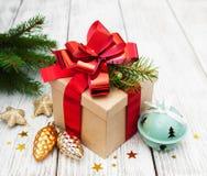 Caja de regalo de la Navidad con las decoraciones Imágenes de archivo libres de regalías