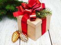 Caja de regalo de la Navidad con las decoraciones Fotos de archivo