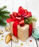 Caja de regalo de la Navidad con las decoraciones Fotos de archivo libres de regalías