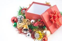 Caja de regalo de la Navidad con las decoraciones en el fondo blanco Imagen de archivo