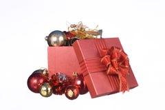 Caja de regalo de la Navidad con las decoraciones en el fondo blanco Imagenes de archivo