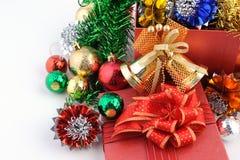 Caja de regalo de la Navidad con las decoraciones y bola del color aislada en el fondo blanco Imagen de archivo libre de regalías