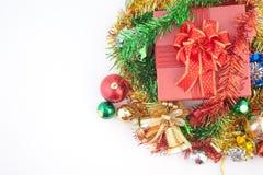 Caja de regalo de la Navidad con las decoraciones y bola del color en el fondo blanco Fotos de archivo libres de regalías