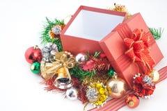 Caja de regalo de la Navidad con las decoraciones y bola del color en el fondo blanco Imagen de archivo libre de regalías