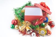 Caja de regalo de la Navidad con las decoraciones y bola del color en fondo del blanco del vintage Imágenes de archivo libres de regalías