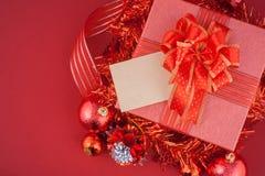 Caja de regalo de la Navidad con las decoraciones y bola del color en fondo del blanco del vintage Foto de archivo